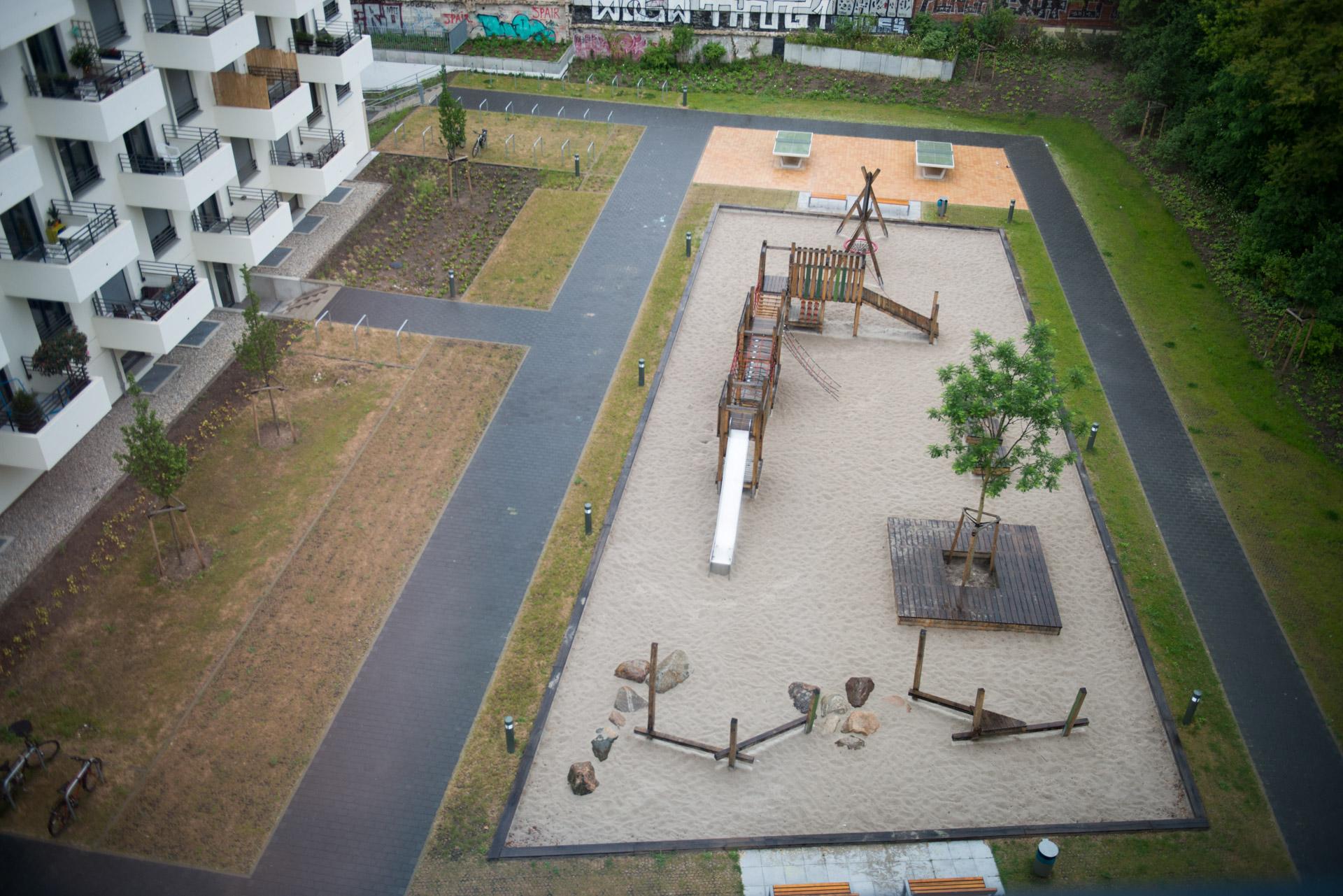 Rasengitter um einen Spielplatz