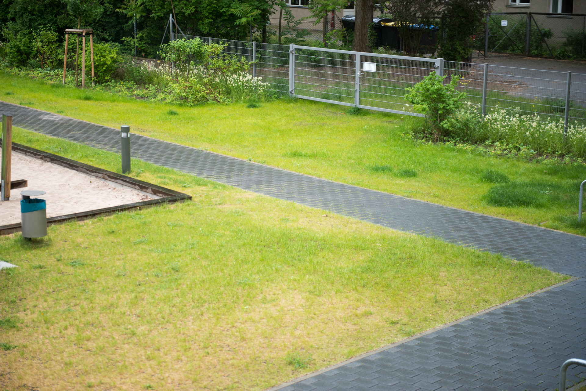 Innenhof mit Rasengitterflächen